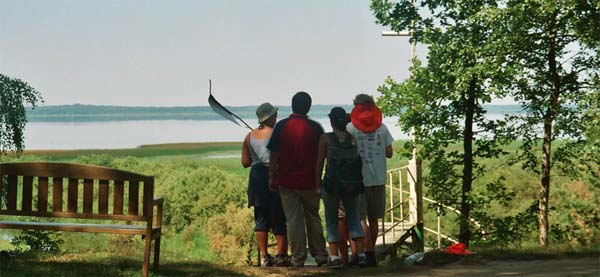 Letland, vanaf een hoog punt, kijken over het meer