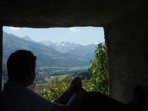 Zwitserland, zittend in kasteelraam, kijkend over de valei...