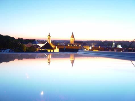 Estland, vanuit een penthouse uitkijkend over de stad tijdens zonsondergang...