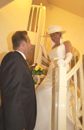 Bruidegom wacht onder aan de trap