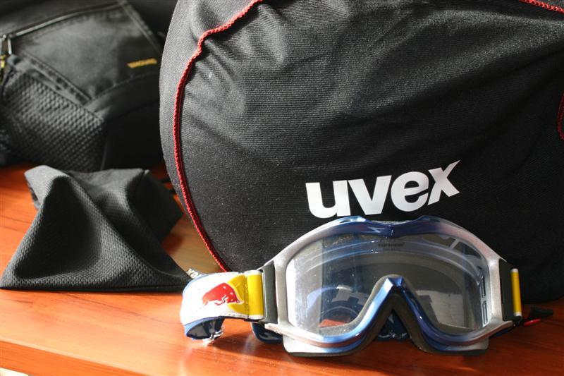 compositie, bril helm en camera tas