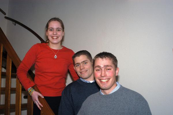 moi, met m`n 2 broers, jaartje of...4 geleden (met lang haar!)