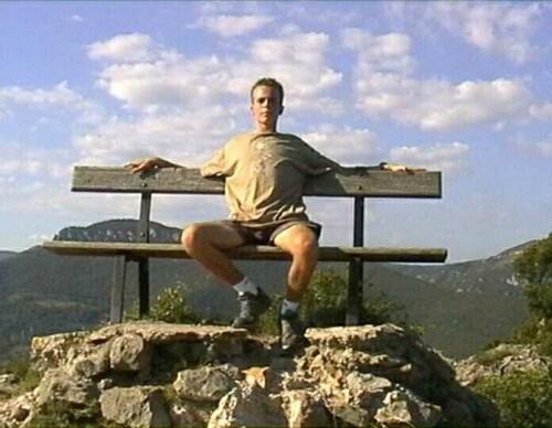 Hier zit ik op een bankje boven op een berg in Frankrijk.
