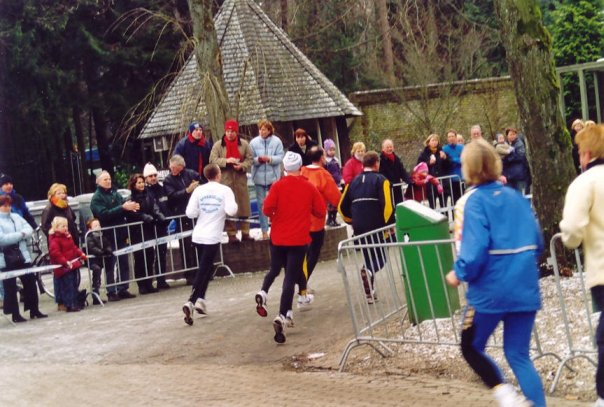 Hier race ik (in het wit) de buitenbocht door tijdens de midwintermarathon in Apeldoorn.