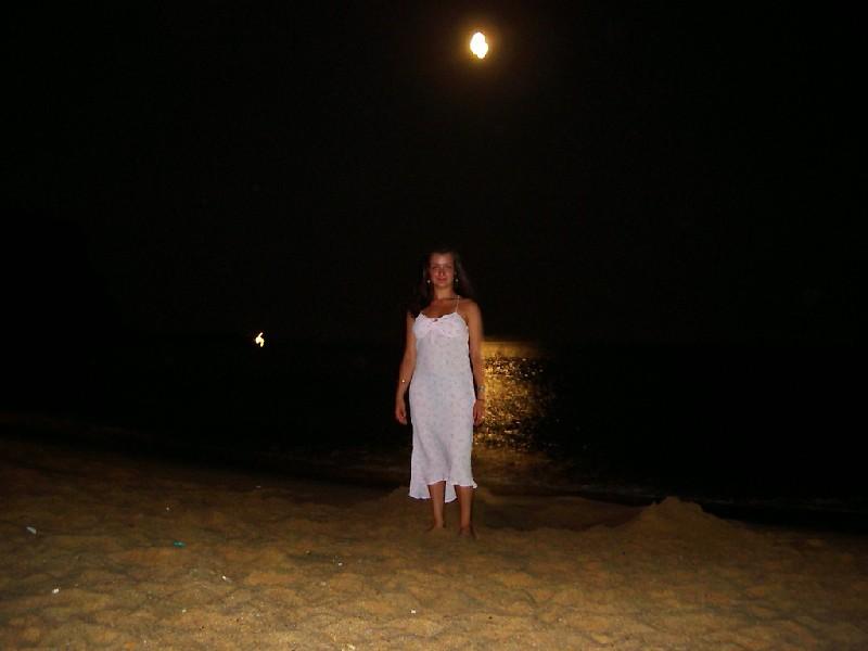 Ik op het strand met vollemaan