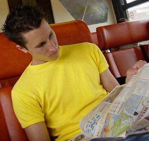 krantje lezen in de trein