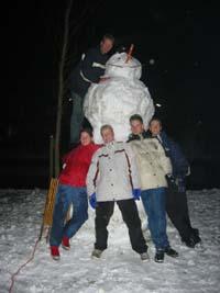 Sneeuwpop gemaakt met een paar vrienden