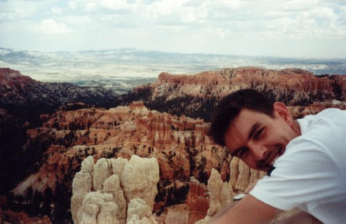 Loerend over Bryce canyon, 2000, mét snor.