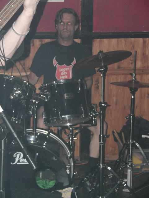 Aan het drummen