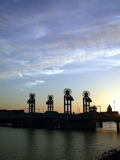 Kamper stadsbrug bij zonsondergang