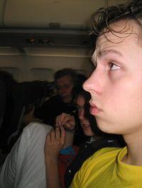 Moe in het vliegtuig