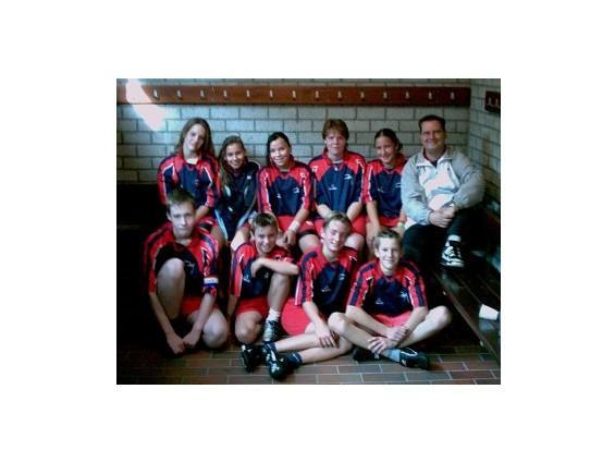Team Foto (Ik zit linksonder met de aanvoerdersband om m