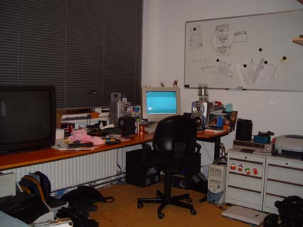 Dat is nou mijn kamer, noujaah niet alles er is nog een hoek die niet op de foto paste.