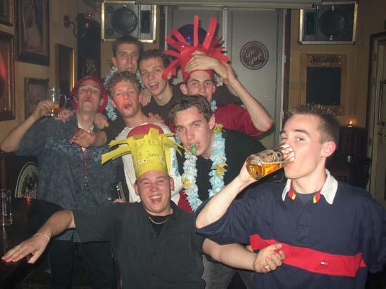 @ Cafe De Dop met gele verjaardagskroon