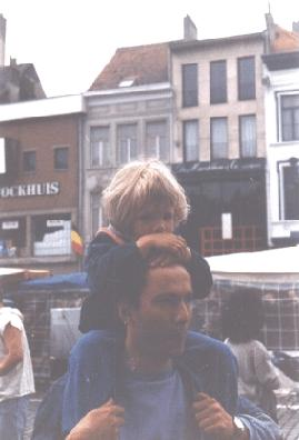 ik als klein meisje bij mn papa op zn schouders :D