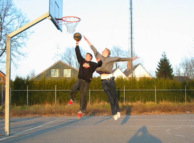 Aan het basketballen