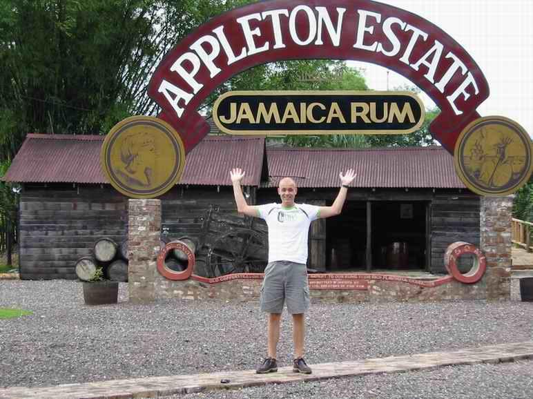 Ik bij Rum fabriek in Jamaica