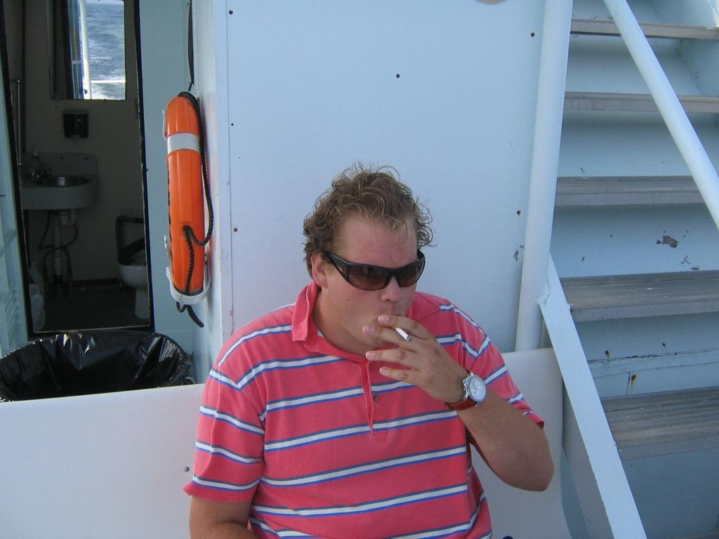 rookpauze op de walvisboot
