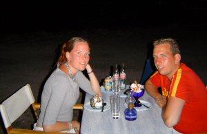 met vriendinnetje op terras 4 mtr. van zee