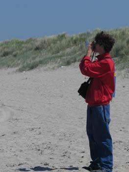 En aan het filmen op het strand